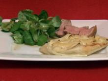 Entenbrust an Feldsalat, dazu Birnen-Zwiebel-Törtchen (Marion Wesnigk) - Rezept