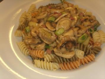 Champignon-Wein Soße auf Pasta tricolor - Rezept
