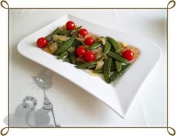 Schmackhafter Salat aus jungen Erbsenschoten, Cherry Rispentomaten und Zwiebel - Rezept