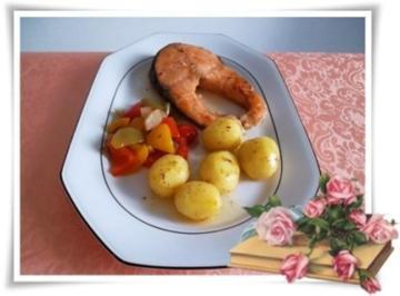 Lachssteaks mit Rosmarinkartoffeln und Paprikagulasch dazu. - Rezept