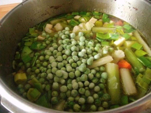 Klare Rindfleischsuppe mit Gemüse und Nudeln - Rezept - Bild Nr. 5