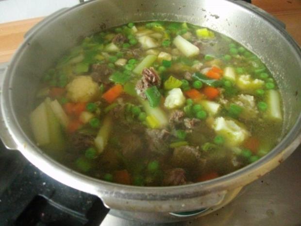 Klare Rindfleischsuppe mit Gemüse und Nudeln - Rezept - Bild Nr. 6