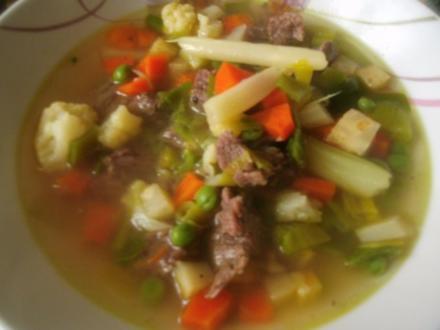 Klare Rindfleischsuppe mit Gemüse und Nudeln - Rezept