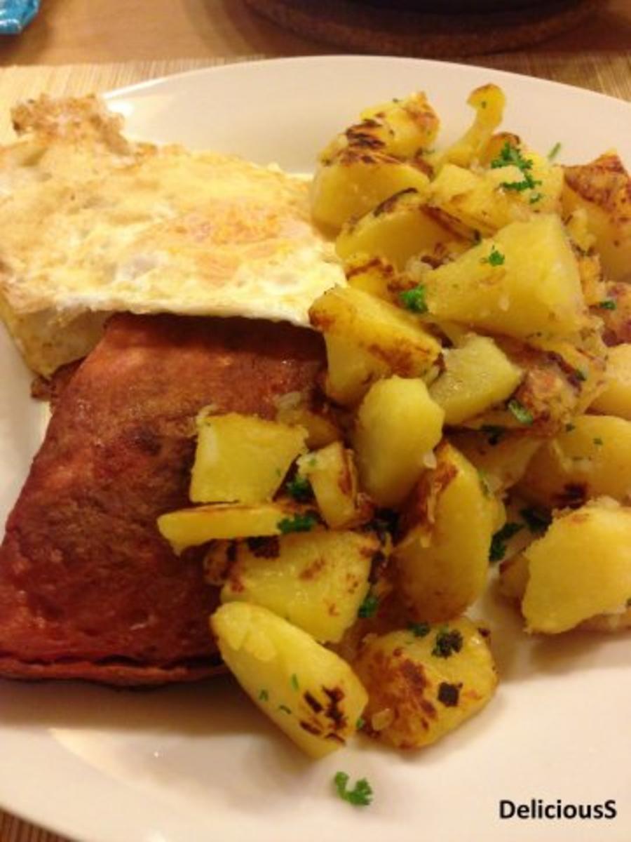 Fleischkäse mit Bratkartoffeln und Spiegelei - Rezept von DeliciousS