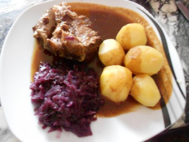 Schweinenackenbraten mit Rotkohl und Salzkartoffeln - Rezept - Bild Nr. 5