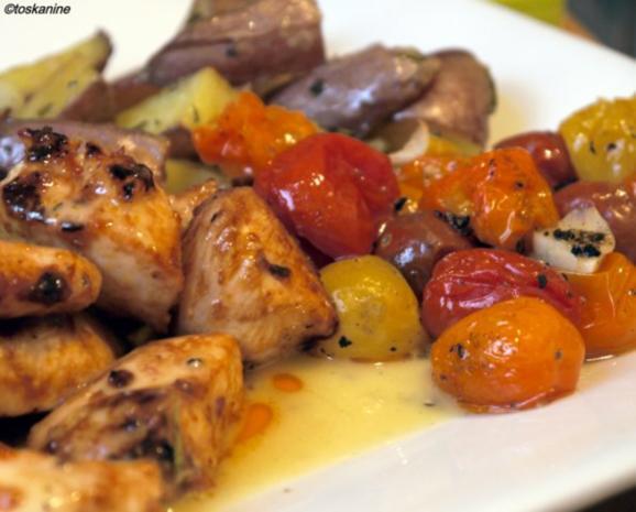 Süss-scharfe Hähnchenbrust, Ofen-Rosmarin-Kartoffeln, bunte Ofentomaten - Rezept