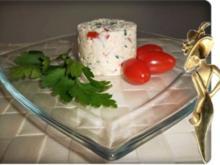 Frischkäse mit Tomaten, Hirse und Petersilie verfeinert - Rezept