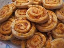 Pikantes Backen: Kräuterschnecken mit Schafskäsefüllung - Rezept