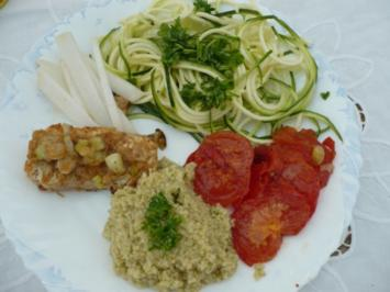Hirse mit gebratenen Tofu, Frühlingszwiebel, Tomate und Zucchinirohkost - Rezept