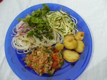 Rohkost satt mit gebratenen Kartoffeln und gedünsteten Gemüse - Rezept