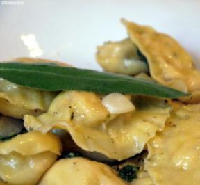 Rezept: Ravioli mit Lachsforellen-Meerrettich-Füllung und Salbeibutter
