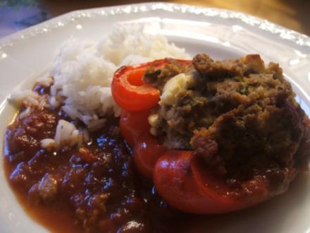 Fleisch: Gefüllte Paprikaschoten auf Tomatensoße und Reis - Rezept