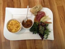 Ziegenkäsesoufflé, dazu Salatvariationen mit Birne und Parmaschinken - Rezept