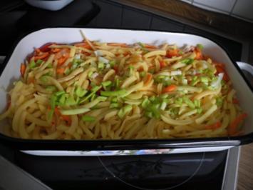 Aus dem Backofen : Raspelauflauf mit Wurstkraken und frischem Salat - Rezept