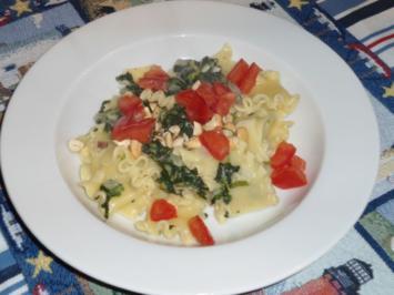 Nudeln  mit Rahm-Spinat, Tomatenwürfeln und Cashewkernen - Rezept