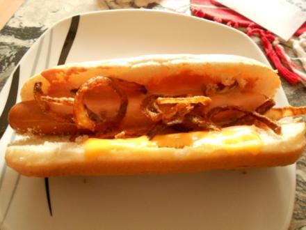 Hot Dog mit hausgemachten Röstzwiebeln und hausgemachter Sauce - Rezept