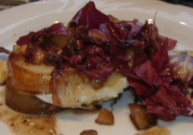 Salat von gebratenem Radicchio und Ziegenkäse-Birnen-Päckchen - Rezept