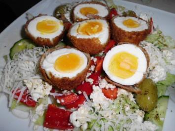 Mediterraner Salat, dazu panierte Eier - Rezept