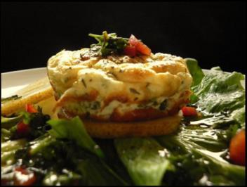 Rezept: Ziegenkäse-Törtchen mit Birne und Kräuter-Vinaigrette