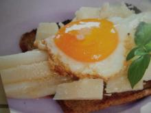 Gebratener Spargel mit Pamesan und Spiegelei auf Toast - Rezept