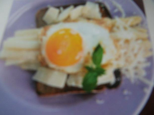 Gebratener Spargel mit Pamesan und Spiegelei auf Toast - Rezept - Bild Nr. 2