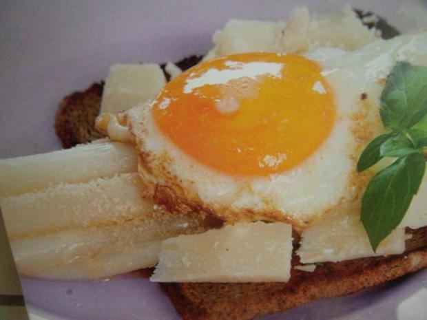 Gebratener Spargel mit Pamesan und Spiegelei auf Toast - Rezept - Bild Nr. 3