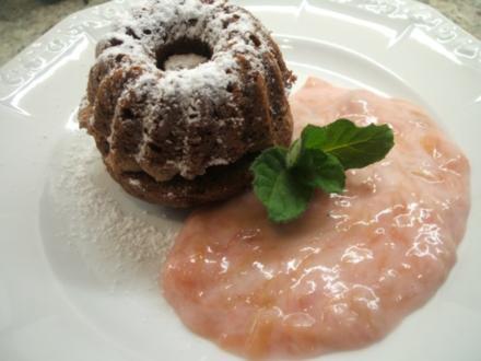 Dessert: Schokotörtchen aus Muffin-Teig mit Sahne-Rhabarber - Rezept
