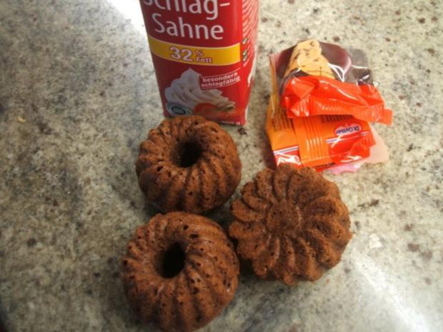 Dessert: Schokotörtchen aus Muffin-Teig mit Sahne-Rhabarber - Rezept - Bild Nr. 3