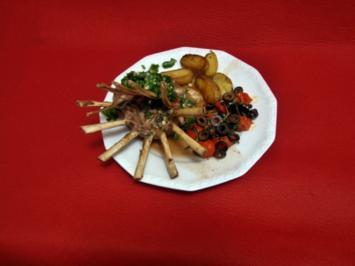 Lammkarree mit Gremolata, Tomaten-Olivengemüse und Rosmarinkartoffeln - Rezept
