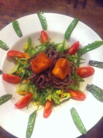 Sommerlicher Salat mit Rind an gebackenen Schafskäse - Rezept