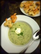 Grüne Suppe mit Knusperkräutern - Rezept