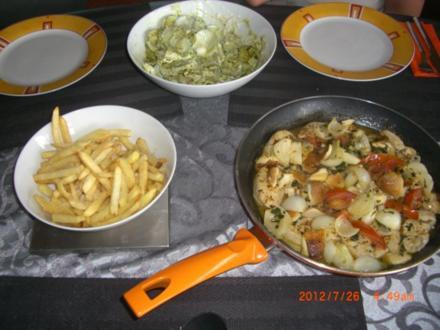 Hühnerfiletgeschnetzeltes mit Pommes und steirischen Rahmgurkensalat - Rezept