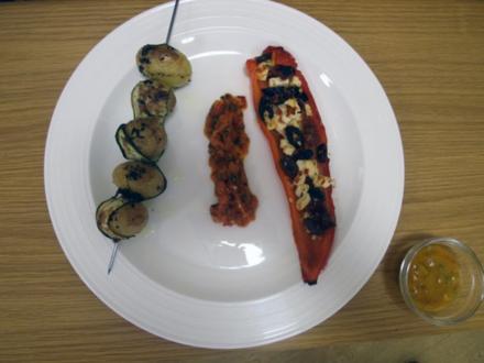 Gefüllte Paprika und Drillings-Kartoffelspieße mit Zucchini, dazu Curry-Mango-Soße - Rezept