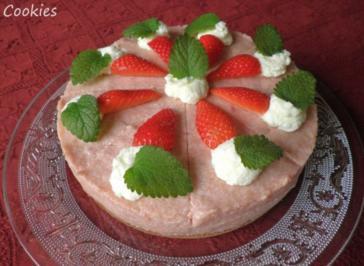 Kleine Rhabarber - Sahne - Torte mit Erdbeeren ... - Rezept