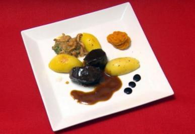 Rehmedaillons an Pfifferlingen, Kartoffeln und Hokkaido-Püree (Maximilian Claus) - Rezept