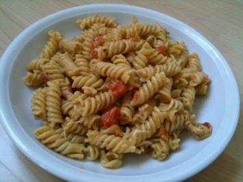 Fusilli mit grünem Pesto, Tomate und Mozzarella - Rezept