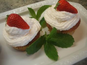 Backen: Erdbeer-Kiwi-Muffins mit Frischkäsehaube - Rezept
