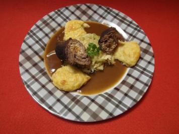 Roulade vom Wildschwein mit Preiselbeersoße auf geschwenktem Spitzkohl und Kartoffelbuchte - Rezept