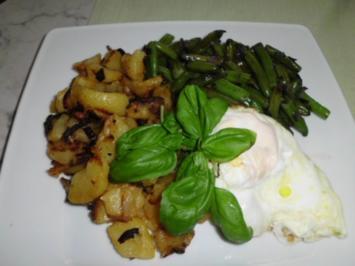 Bratkartoffeln mit Rosmarin, Grüne Bohnen mit Bohnenkraut, Spiegelei in Butter - Rezept