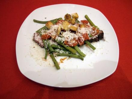 Roastbeef an grünen Bohnen mit Balsamico-Tomaten, Croutons und Parmesan - Rezept