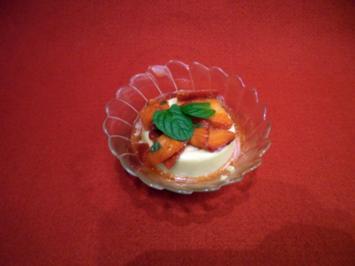 Karamell-Panna cotta mit Erdbeersalat - Rezept