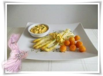 Spargel mit selbstgemachter Bozner Sauce und Kartoffelbällchen dazu. - Rezept