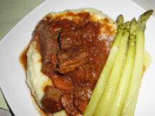 Rindergulasch auf Kartoffelpüree,  mit Butter übergossener grüner Spargel, Tomatensalat - Rezept