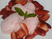 Rhabarbermousse mit marinierten Erdbeeren - Rezept
