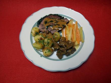 Lammbraten mit gebackenen Rosmarinkartoffeln und Jungmöhren an Sherry-Sahne-Soße - Rezept