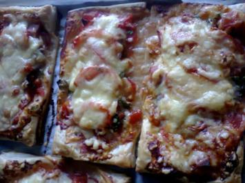 Pizza-Schnitten  auf Blätterteig  gebacken - Rezept
