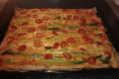 Pizza mit grünem Spargel und Tomaten - Rezept