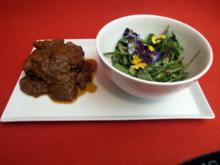 Geschmorte Kalbsbäckchen mit glasierten Möhren und einem Frühlingskräutersalat - Rezept