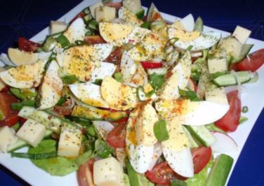 Rezept: Bunter Frühlingssalat mit Eier und Käsewürfel