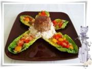 Kräuter Buletten auf Reisbett und bunter Paprikasalat auf  Romanasalat - Rezept